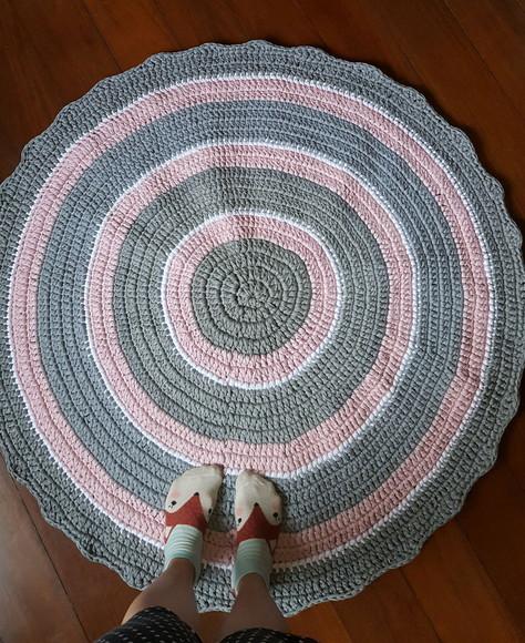 Tapete crochê cinza e rosa