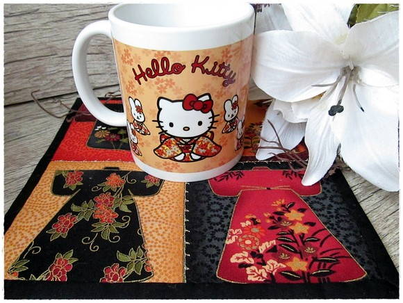 Caneca Hello Kitty Kokeshi