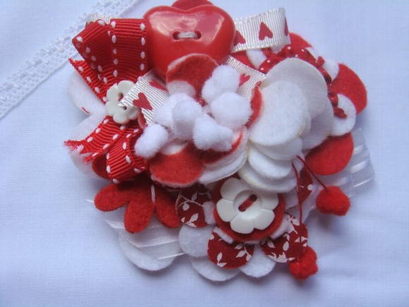 Broche Red and White