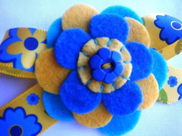 Broche Yellow Blue