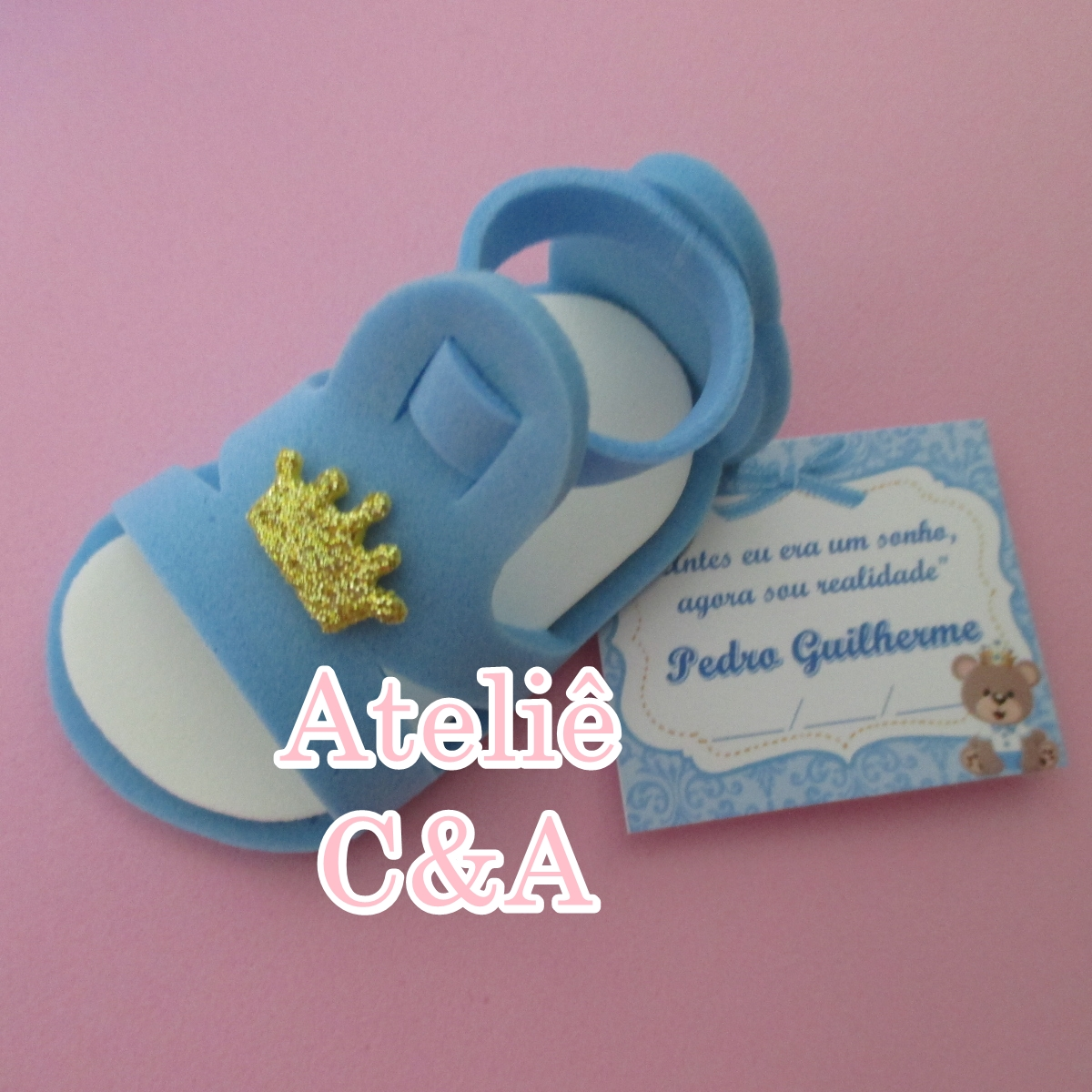 A sugestão aqui é de um modelo de sapatinho feito com EVA estampado. O item  de cores azul e branco tem o botão em forma de ursinho e é super delicado e  ...