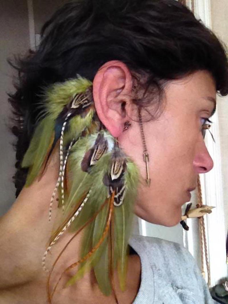 0356a4c5b1b52 Ear cuff penas naturais bohochic lavanda no elo nomad bijoux jpg 800x1067 Ear  cuff penas carnaval