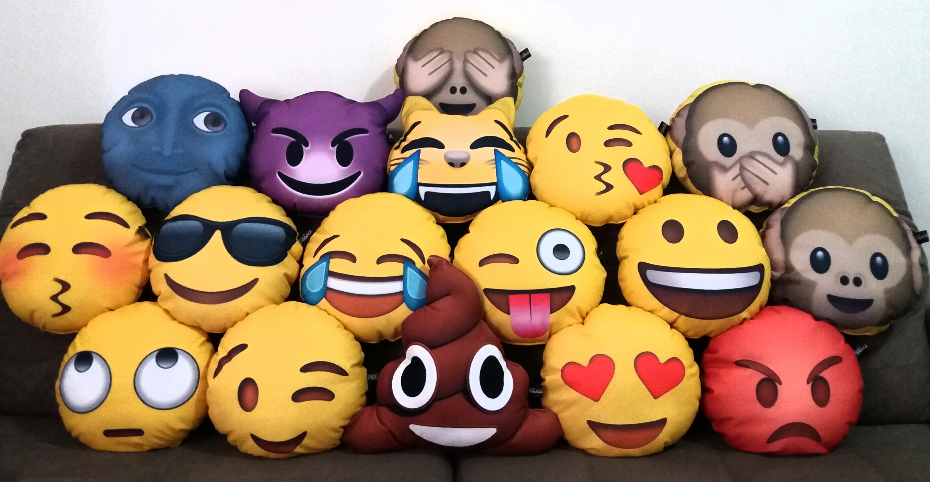 12fe4af066fd8 Almofada Smile Whatsapp com Oculos   Elo7