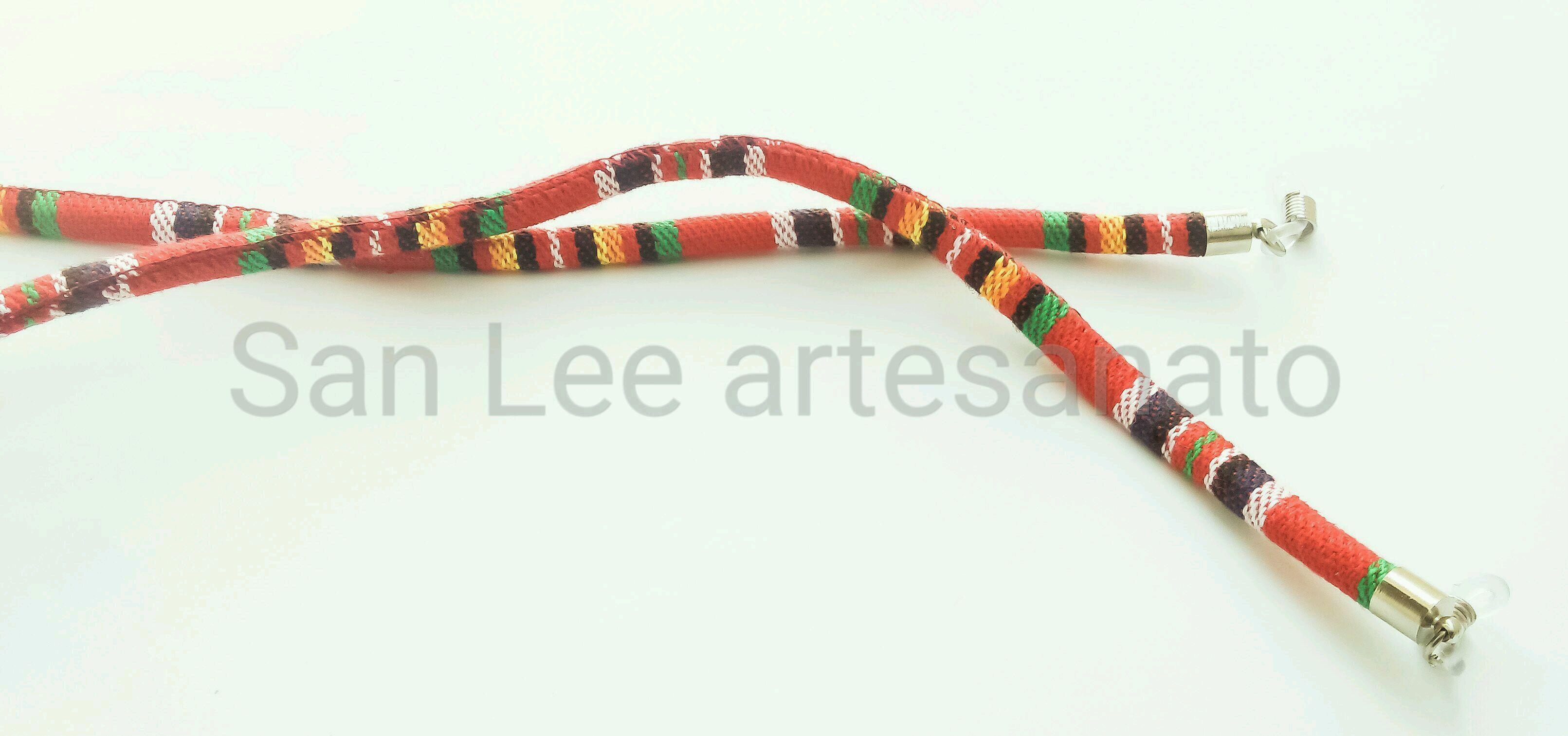e17908fd2 segura óculos étnico redondo vermelho listrado no Elo7 | San Lee artesanato  (BC20EE)