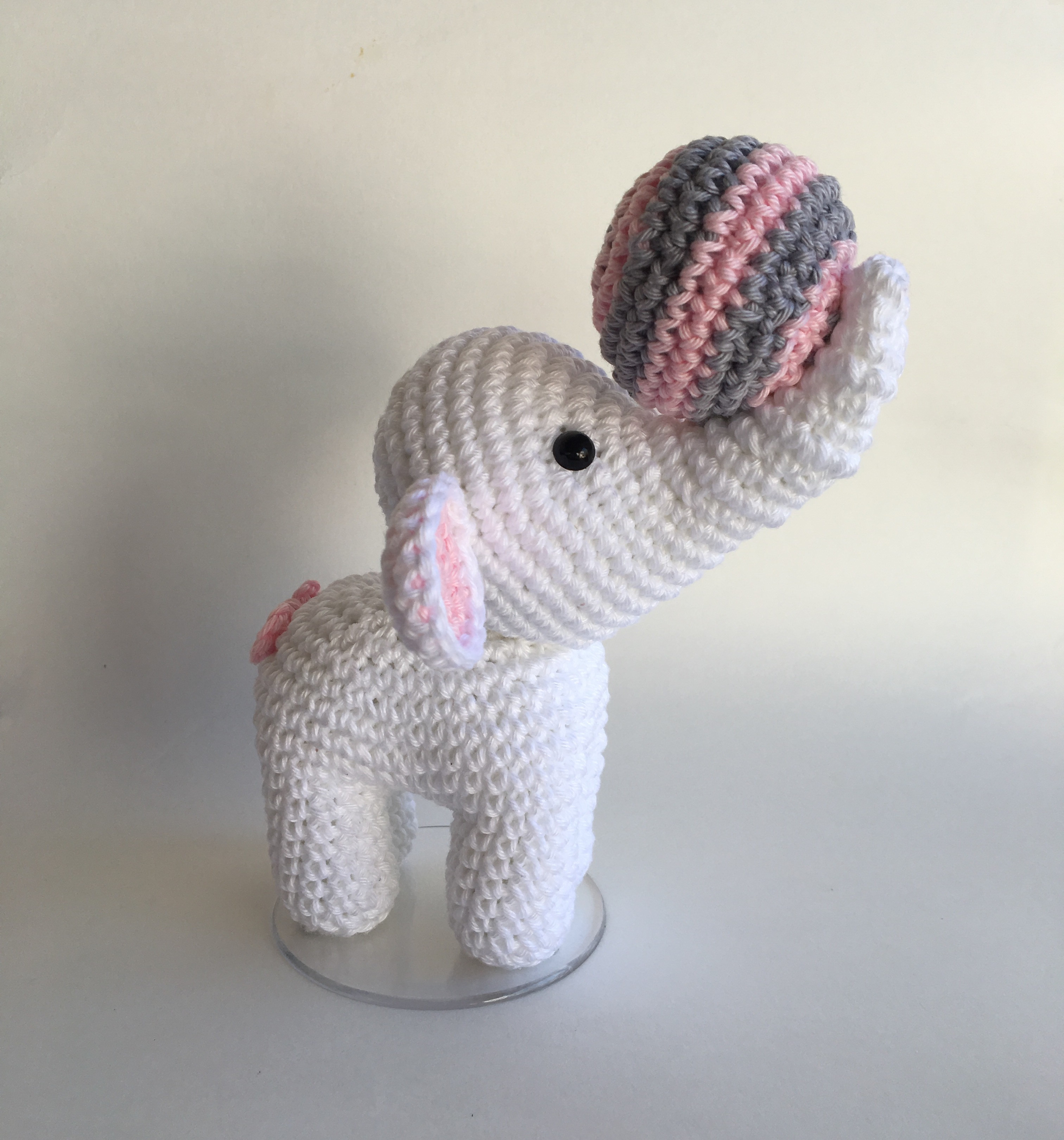 Elefante em crochê (Amigurumi) | Bichinhos de croche, Modelos de ... | 3241x3024