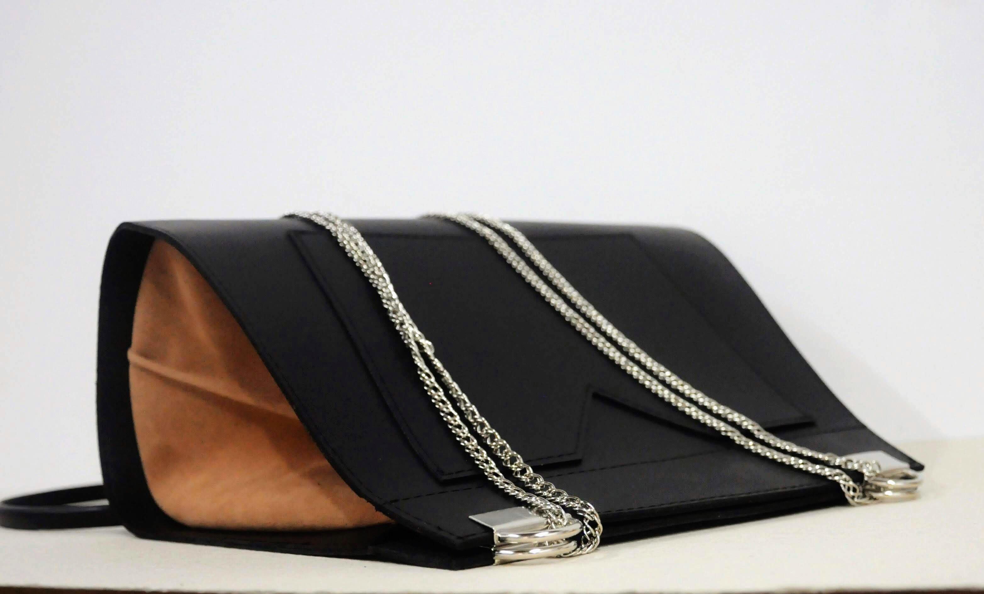 2ed0336b8 Bolsa tiracolo em couro preto com lateral em camurça no Elo7   Volpi design  (D5CF72)