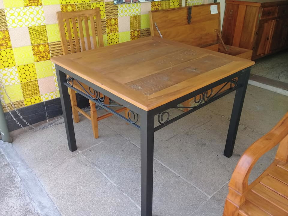 Mesa com Base de Ferro e 4 Cadeiras   Elo7 24cb34741b