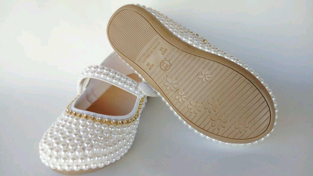 f124a009988 Sapato branco com pérolas e strass dourado no Elo7