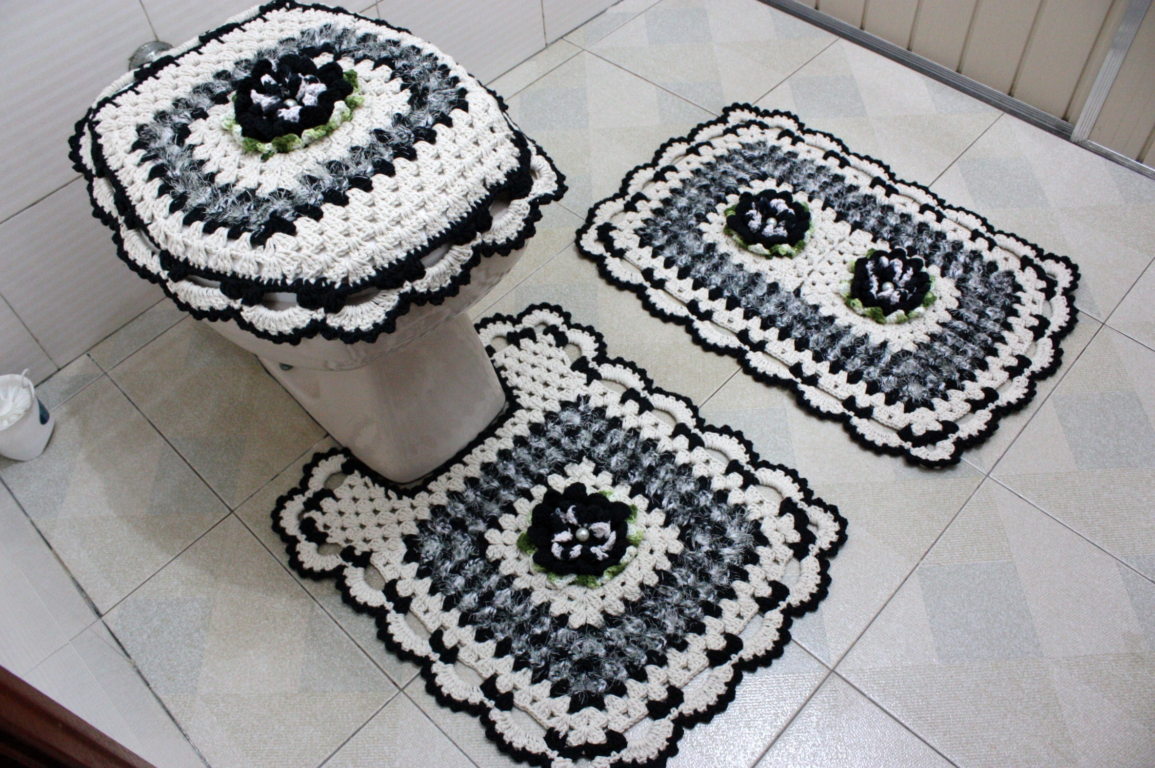 Jogo de banheiro preto com decore Patricia crochetando Elo7 #635C4F 2252x1498 Banheiro Branco Preto E Cinza