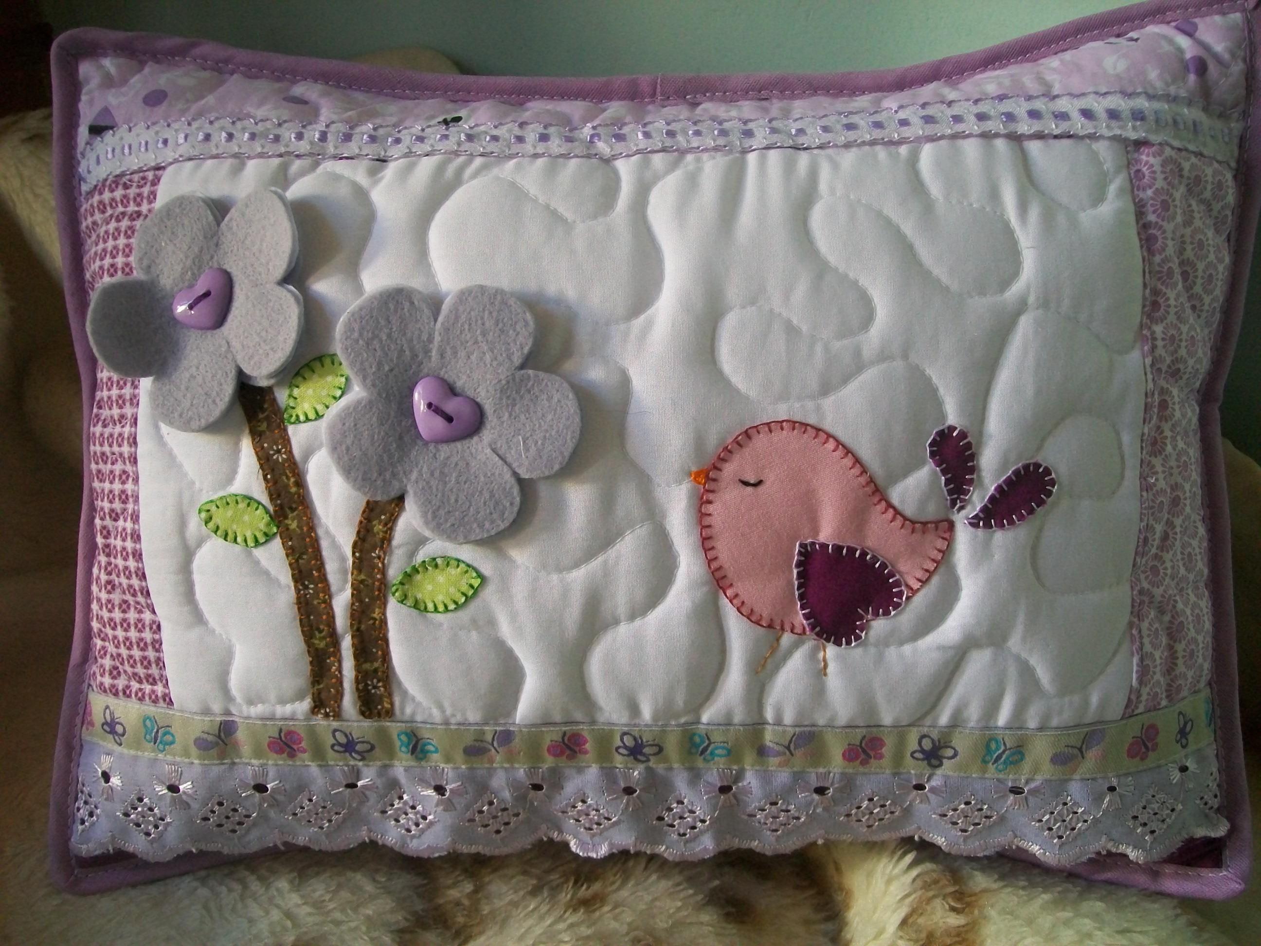 Almofada em patchwork p ssaro e flores meu cantinho for Fotos de patchwork