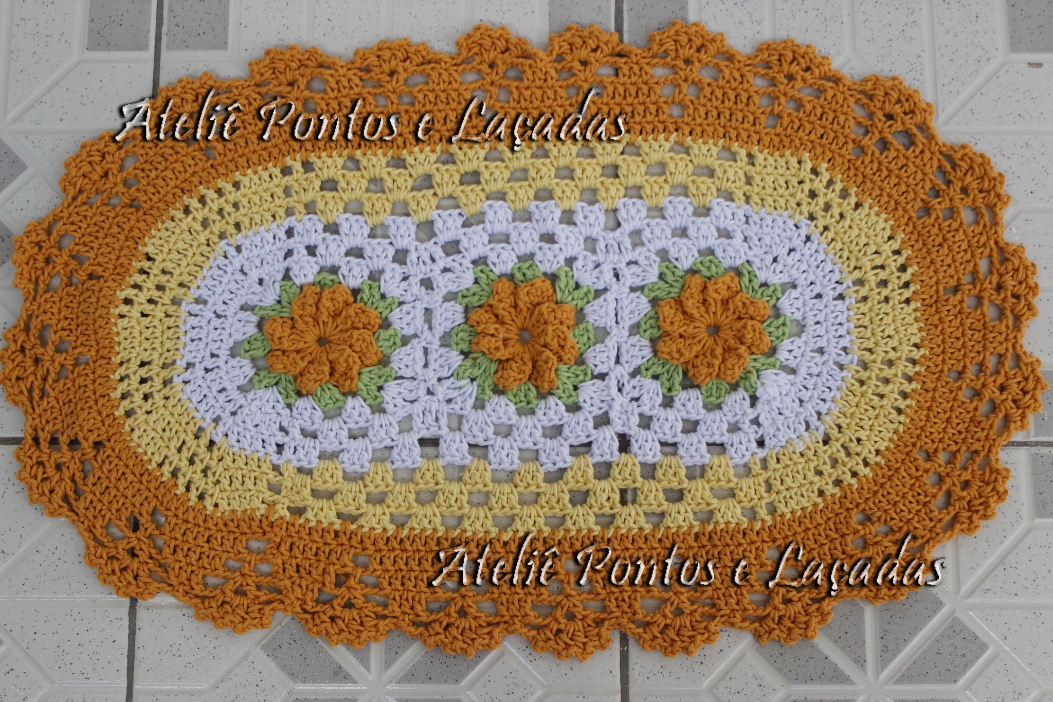 tapete de crochê oval com flores
