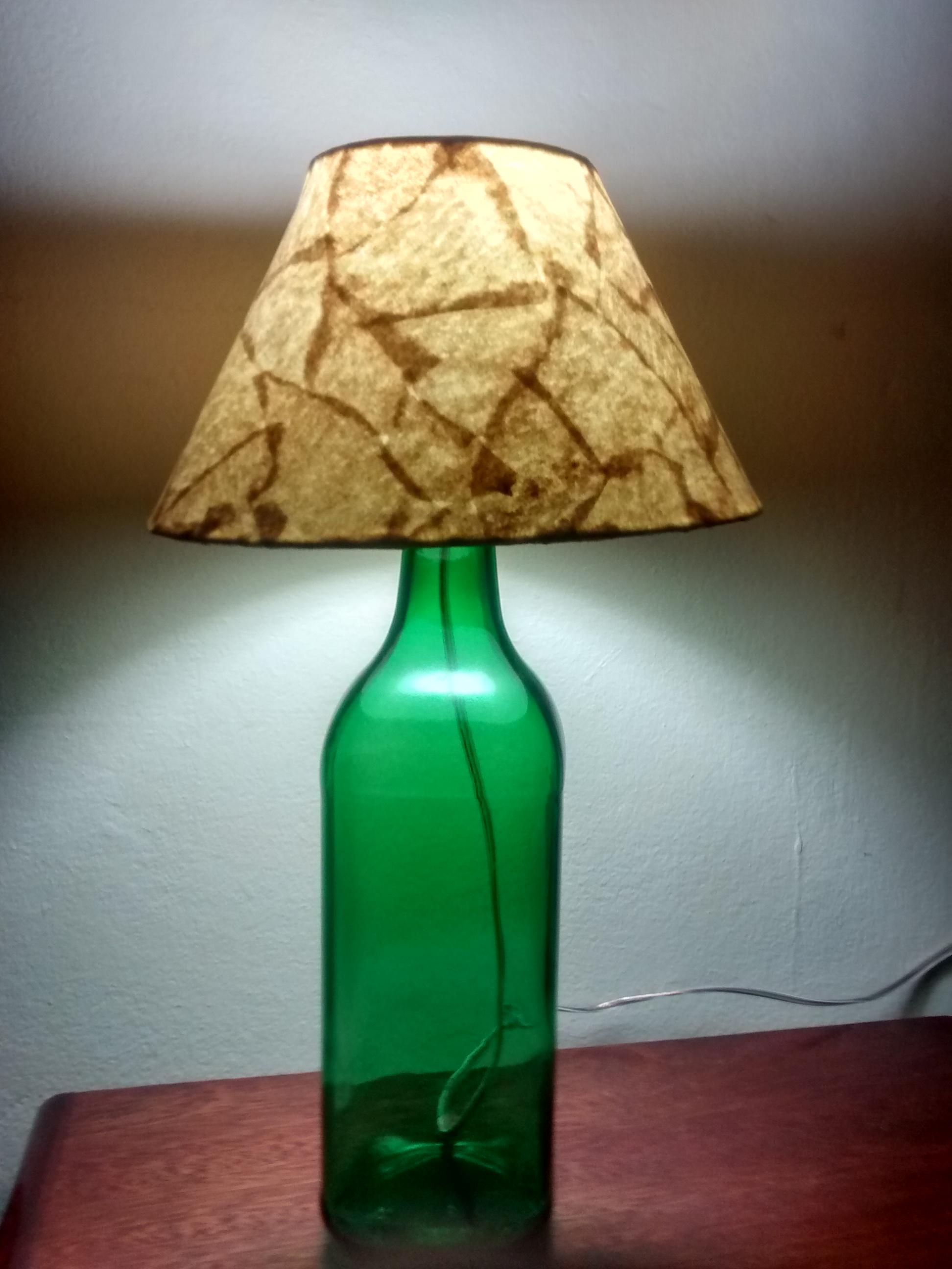 Uma garrafa com um furo no topo ou lateral pode ser facilmente pendurada em paredes, tetos ou ainda serem utilizadas em mini hortas, onde os pequenos furos servirão para escoar a água, por exemplo.