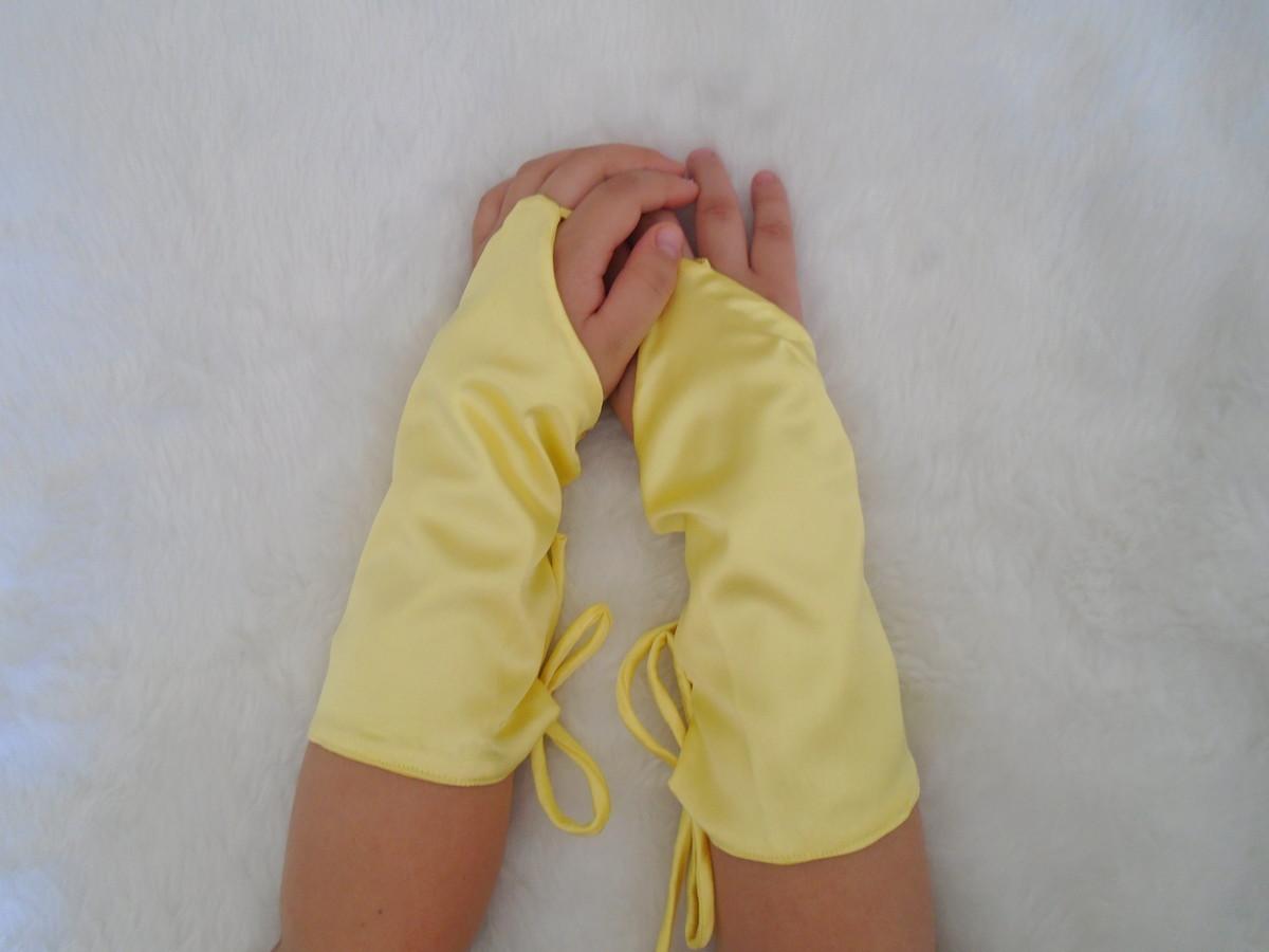 7d1e052fe0 Luvas amarelas cetim (a Bela e a Fera) no Elo7