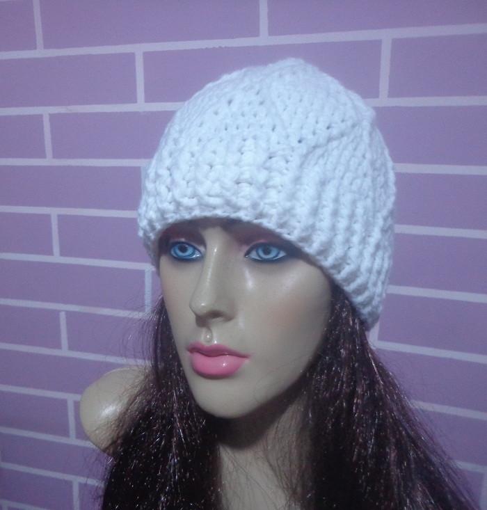 5922d08f0424b Gorro feminino em crochê feito com lã no Elo7