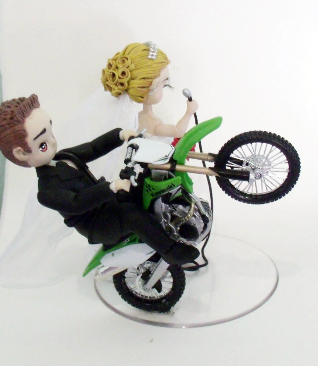 image Na moto com a bundinha de fora