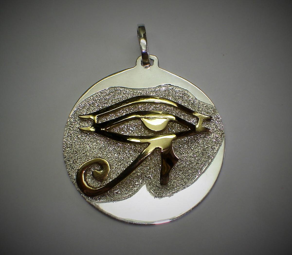 a9fc011201b Pingente Olho de Hórus 3D prata c  ouro no Elo7
