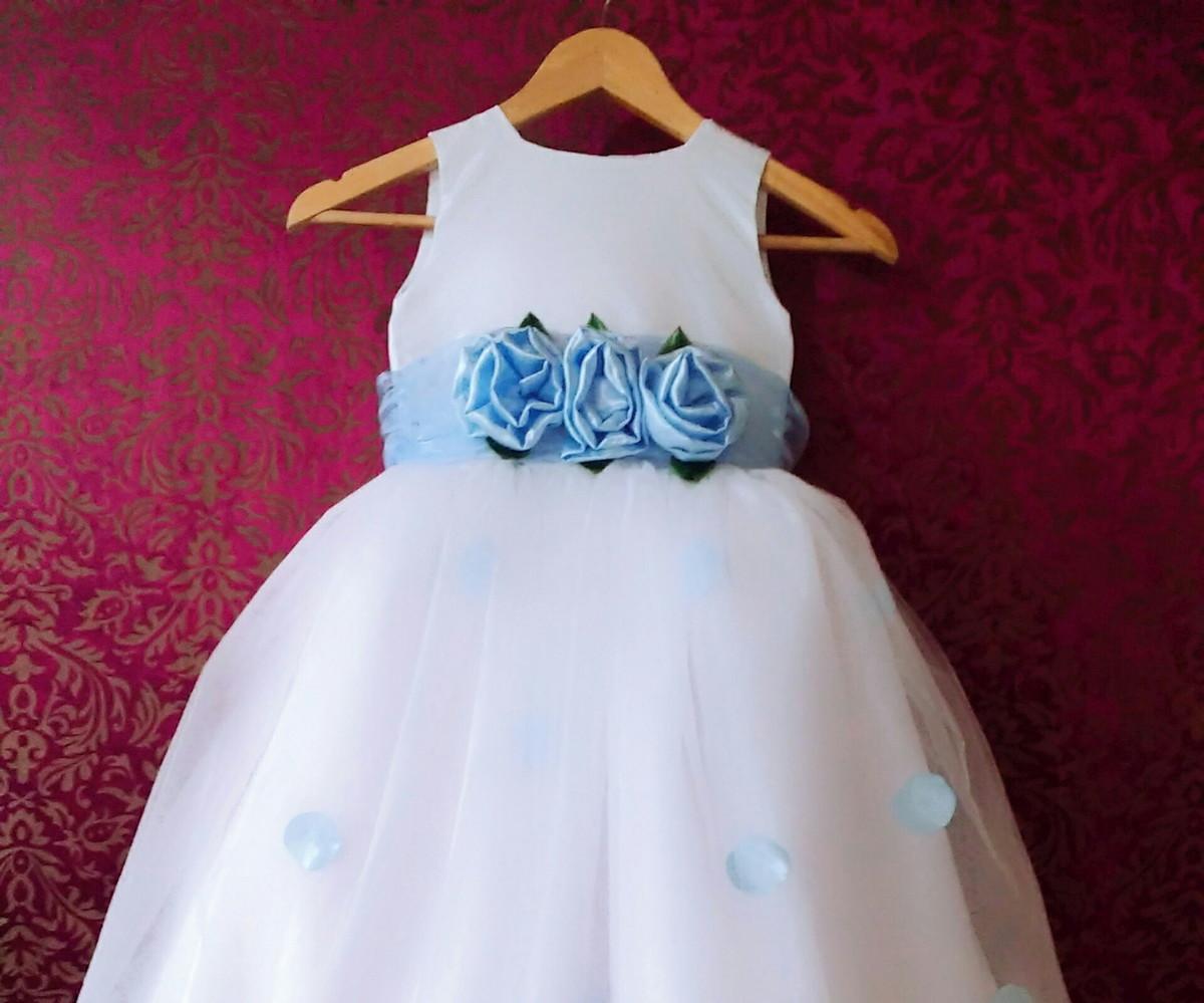 Vestido infantil branco com faixa azul