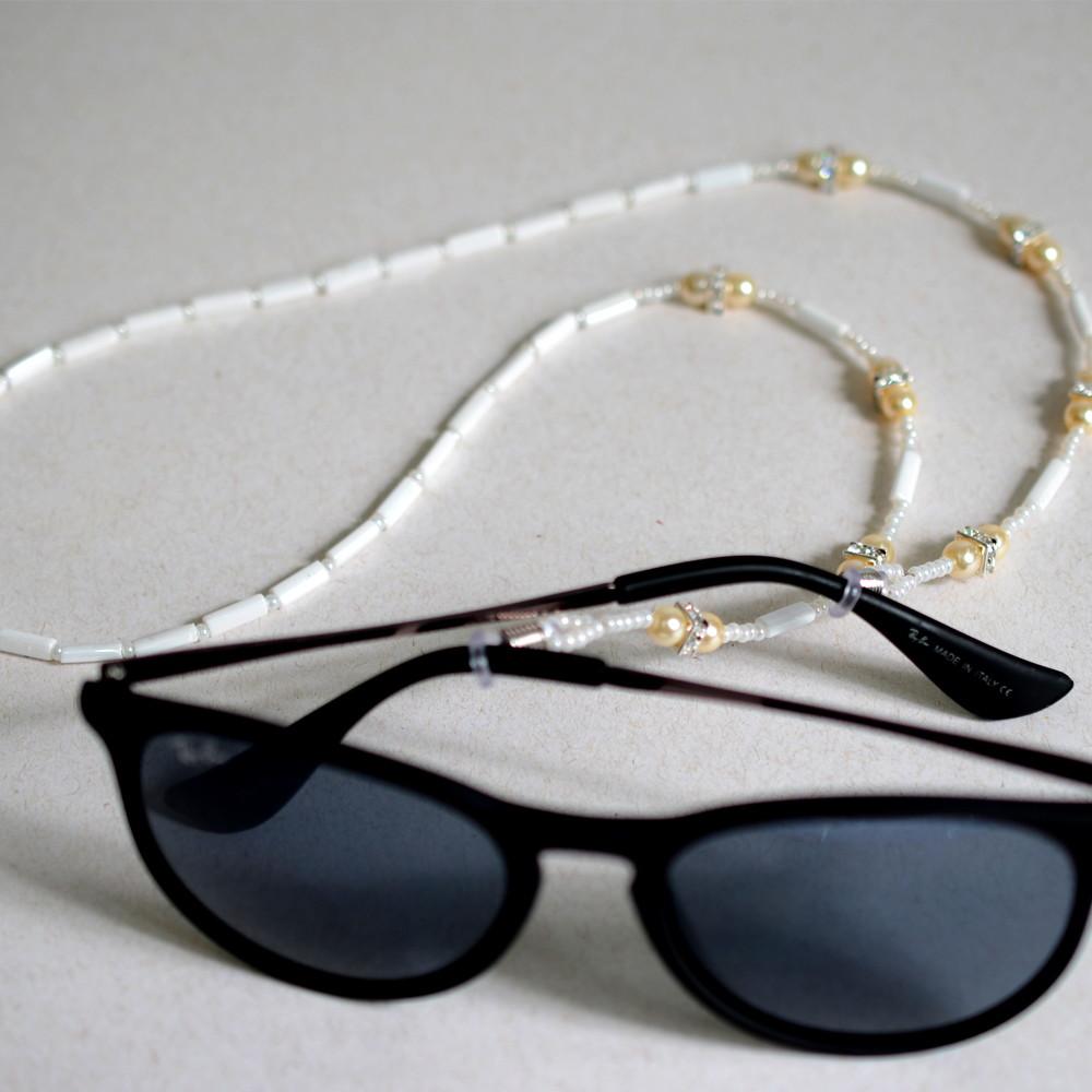 Cordinha de pedrarias para óculos Branco com pérolas no Elo7   Bead ... a72bef020c