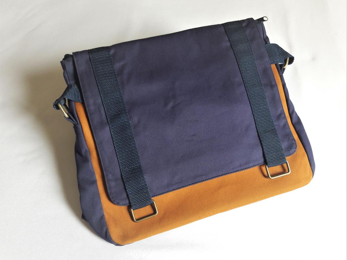 7d5e94c569 Bolsa Carteiro azul marinho e caramelo no Elo7