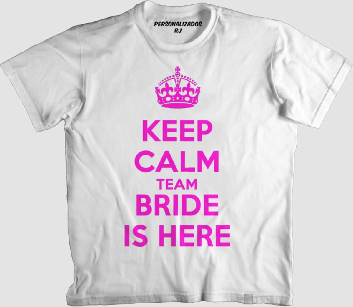 590cbbc77 Camisa KEEP CALM TEAM BRIDE IS HERE - ROSA no Elo7