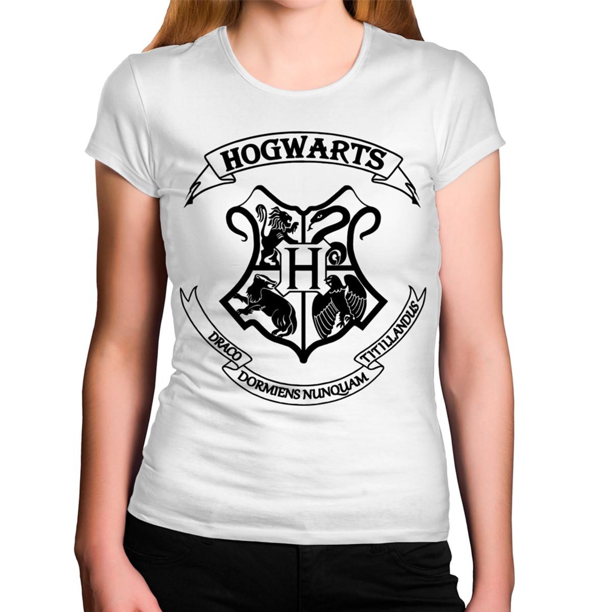 b4d6d24a2 Camiseta Feminina Hogwarts Brasão Harry Potter no Elo7