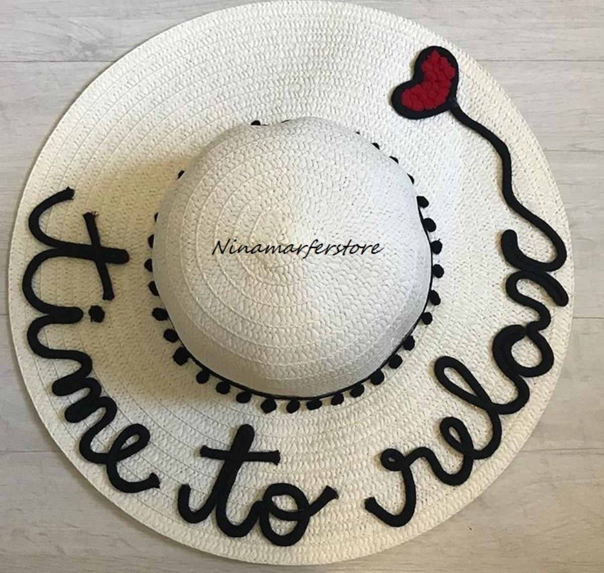 24985eb592868 Chapéu de palha branco customizado com frase e pompons no Elo7 ...