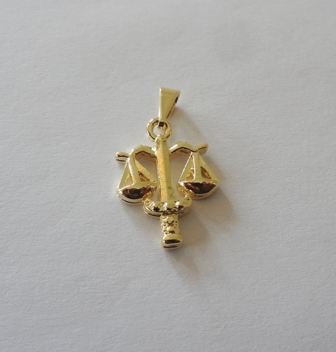 5505ebbf2e857 Pingente Folheado a ouro - Cursos - Direito no Elo7   Pedra do Sol ...