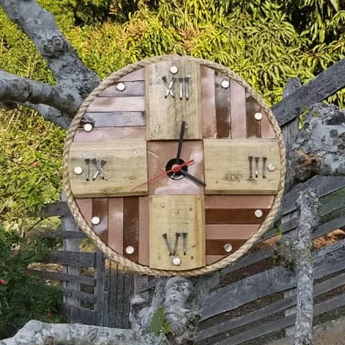 1ad25c9ab47 Relógio De Parede Rústico Madeira Com Tiras De Couro 32 Cm no Elo7 ...