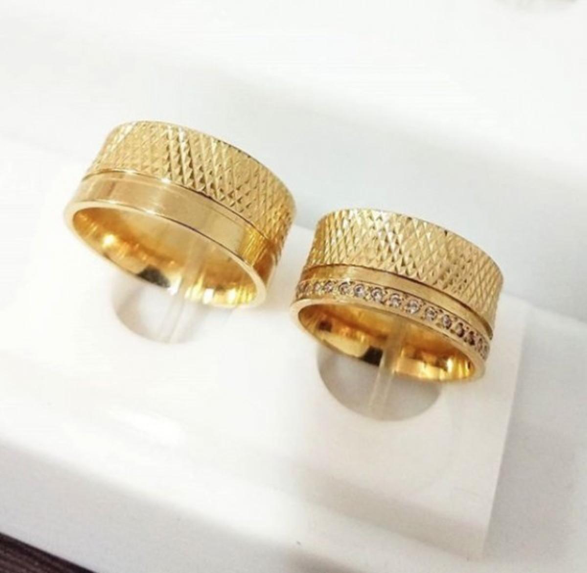 3e56567505f Par de Aliança 10mm Detalhes Diamantados Folheado a Ouro 18k no Elo7 ...