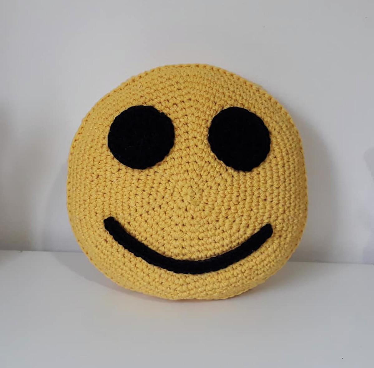 Almofada Emoji ligeiramente sorridente - 20 cm diâm. no Elo7   VZ ... 9364f6611e
