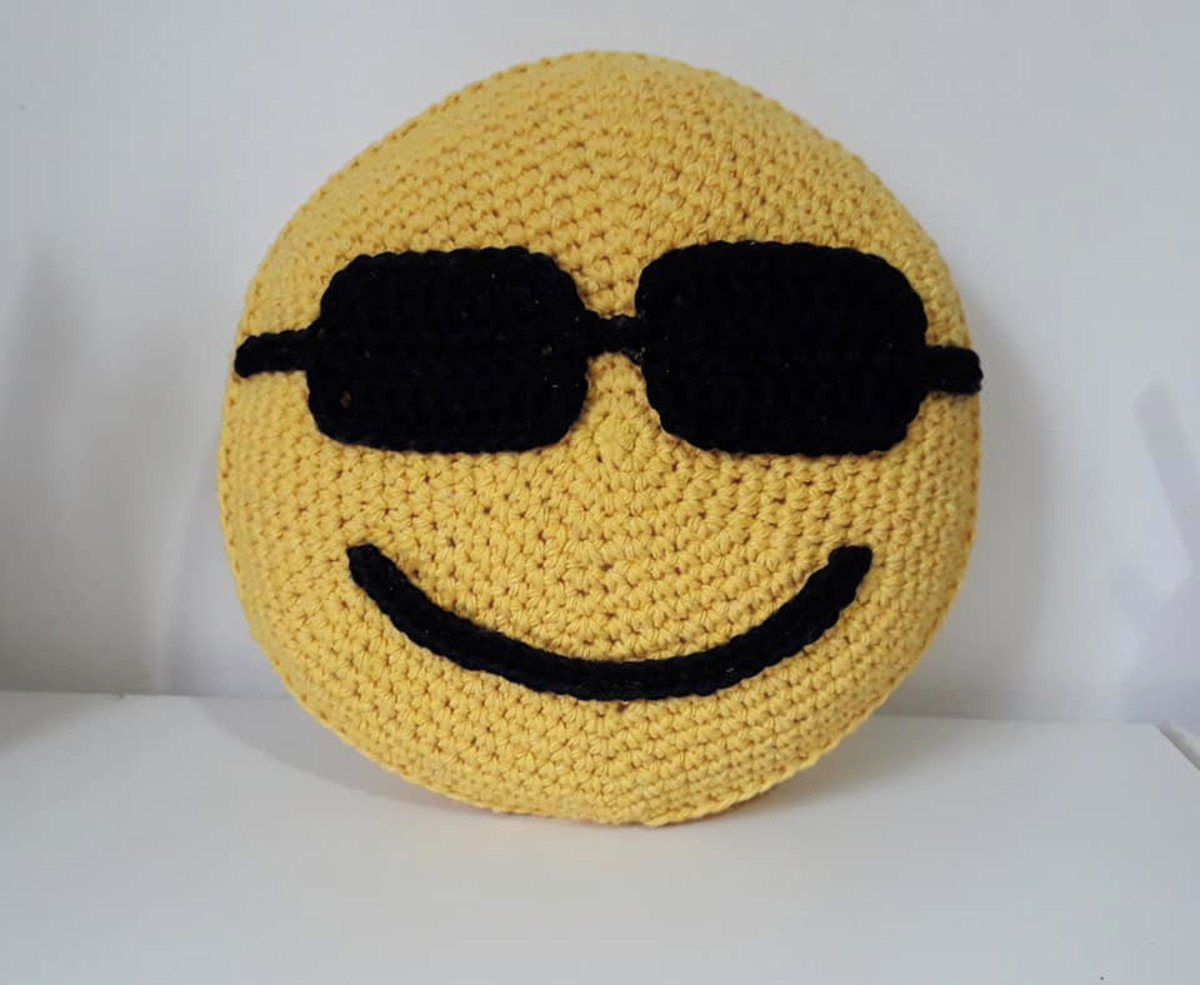 12d044bad8b98 Almofada Emoji com óculos de sol - 20 cm diâm. no Elo7   VZ ...