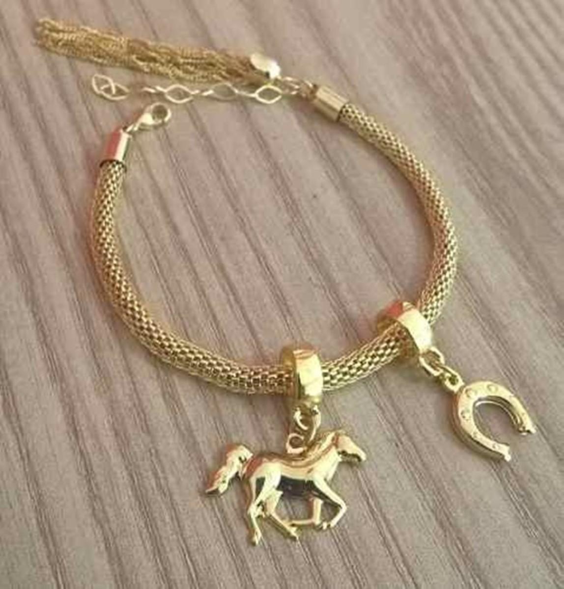 d701756cffeb4 Pulseira Berloques Country Cavalo Ferradura Folheado Ouro no Elo7 ...