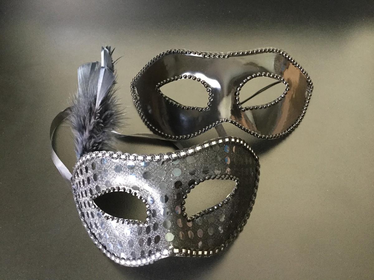 7a54f8f14f8dc2 Máscara Masculina cor preta e Máscara Feminina rendada