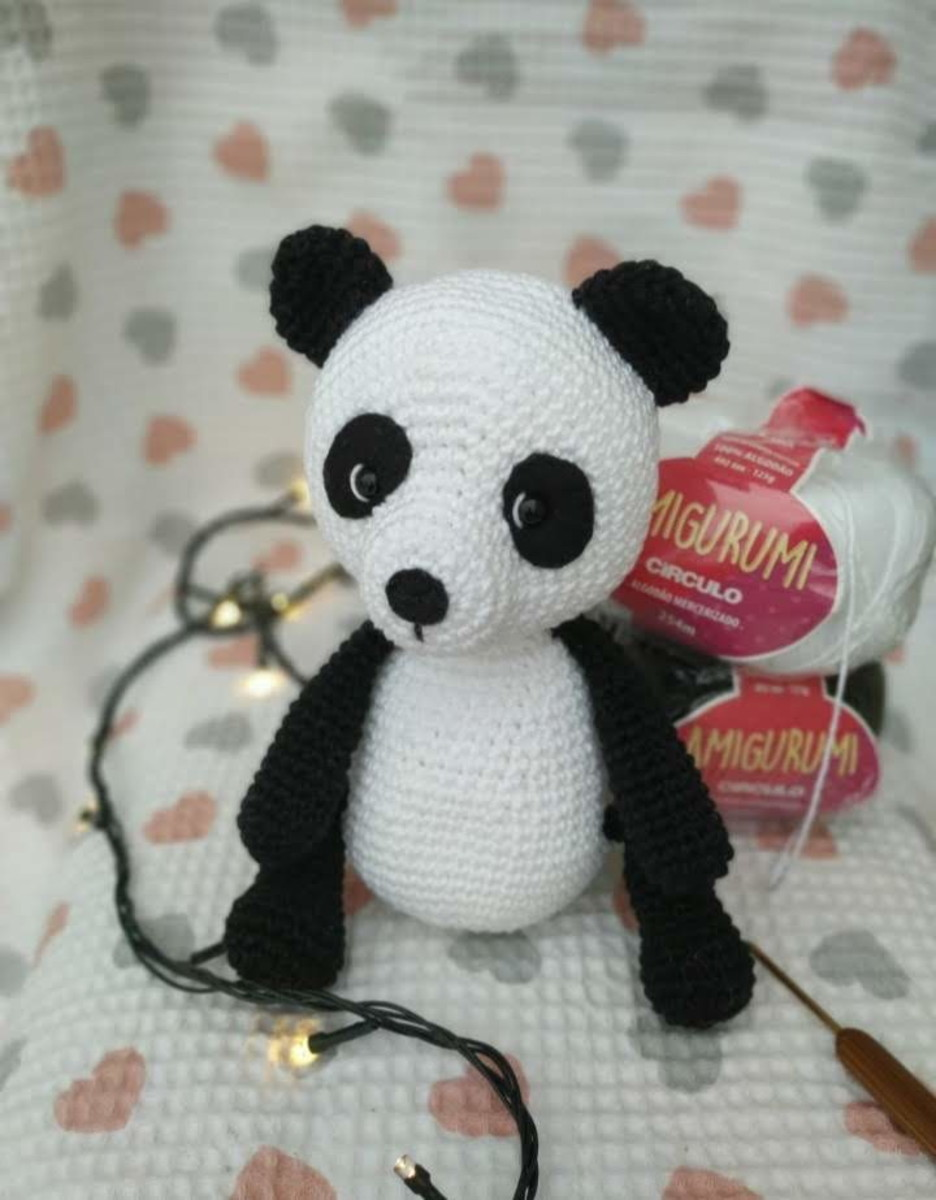 Panda • Círculo S/A | Padrões de boneca grátis, Receitas amigurumi ... | 1200x936