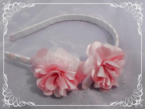 Tiara com flores em cetim rosa no Elo7  b3d586290a0