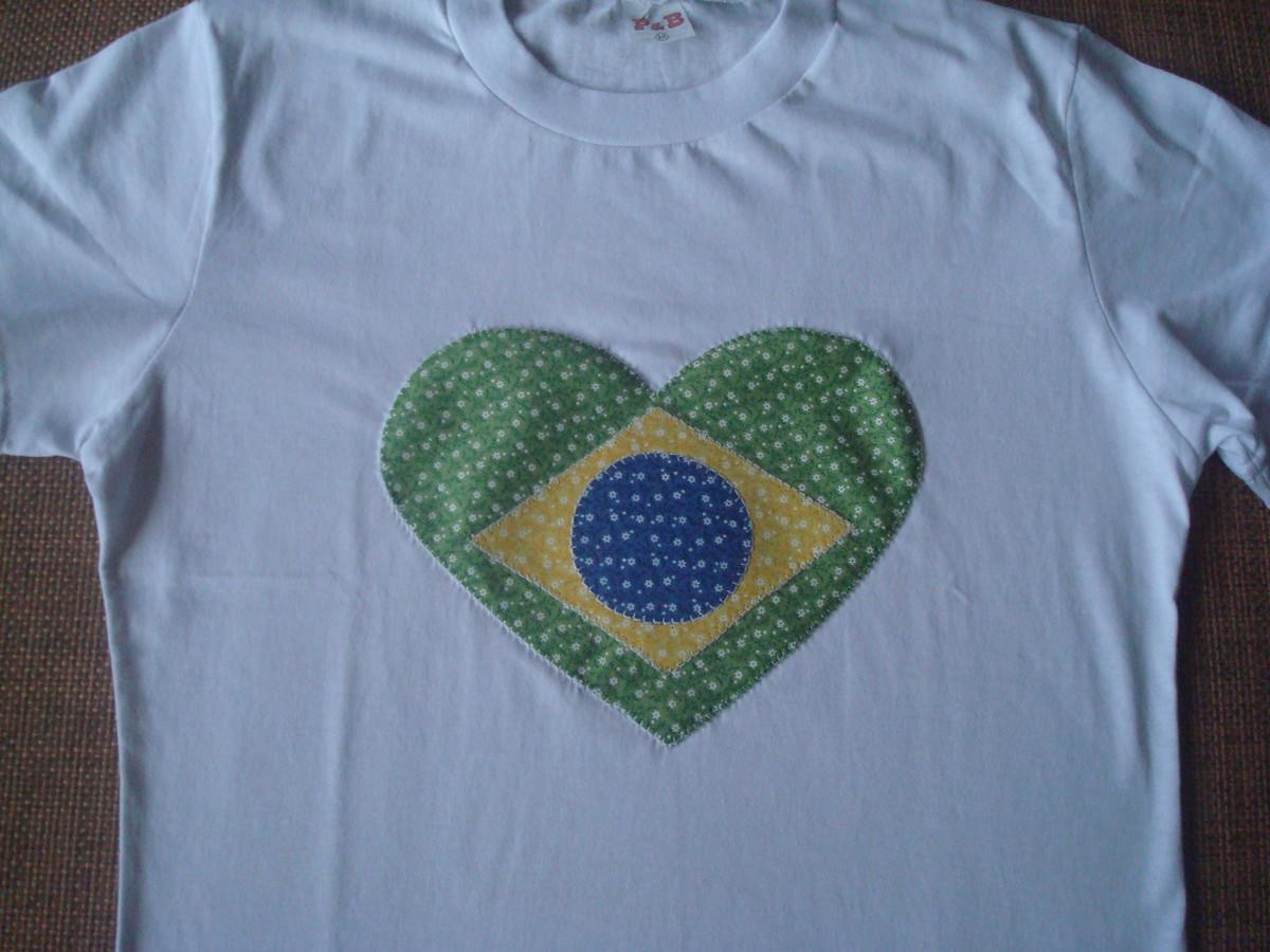 f493964b7 Blusa feminina coração - bandeira Brasil no Elo7